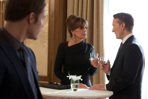 Sue Ellen tempts Gary as both of them are tempted by free-flowing booze at J.R.'s memorial.